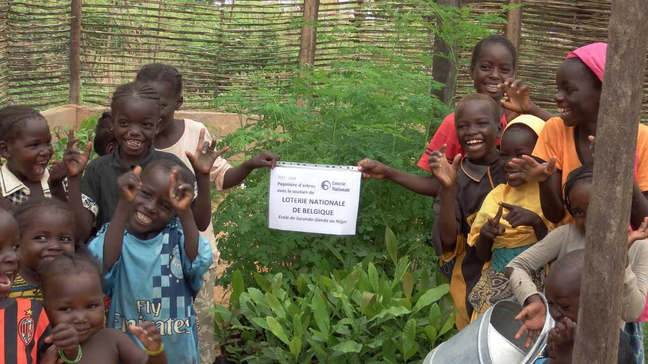 Un enfant un arbre au Niger
